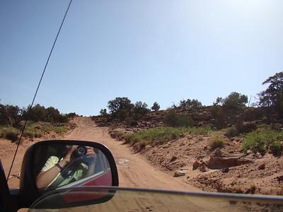 Vendredi 15 Départ pas trop tôt pour Neon Canyon Il faut prendre la HITRR pendant 20 miles, puis une route très cassante, avec des pierres, des nids de poules et du sable. 4X4 plus qu'indispensable. Ce passage en montée est particulièrement délicat
