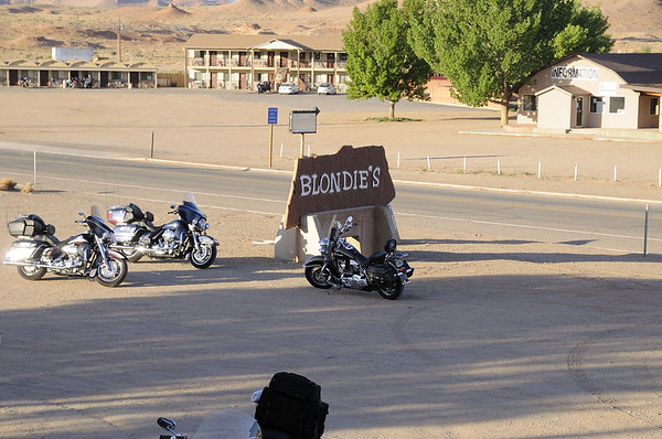 Il est 6h20. La fréquentation est presque exclusivement des motards, plutôt de nos ages!