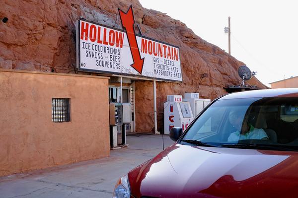 """le poste à essence, avec la """"cuve"""" et le proshop dans une grotte"""