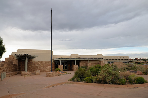 6h35 On arrive au visitor center, la météo donne 1 chance sur 5 d'orage ou d'averses… Nous allons gagner.  La foudre tombera sur un arbre du parking d'Elephant Hill pendant que nous nous abriterons dans une faille. Magnifique.