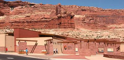 """Avec ses 2000 ponts de roche recencés, le parc national d'Arches est l'un des sites qui concentre le plus d'arches naturelles au monde. Symbole même de l'Utah, la delicate arch, sûrement la plus photographiée du parc, se retrouve dessinée jusque sur les plaques d'immatriculation et sur les timbres de l'Etat.  Le site, grandiose, a inspiré les cinéastes d'aventure et de science fiction. En effet, c'est ici que s'est tournée la première scène du film """"Indiana Jones et la dernière croisade"""", et la célèbre course de """"Star Wars Episode I"""" a eu pour décor un paysage semblable à celui du parc  Arches s'étend sur une superficie de 310 kilomètres carrés de territoire aride. Aujourd'hui désertique, le plateau du Colorado était recouvert, il y a 150 millions d'années, par la mer. Les couches de sable accumulées sur les fonds marins se sont, au fil du temps, pétrifiées. Le vent, la pluie, le soleil, le gel et les mouvements tectoniques dûs à la faille de Moab, ont ensuite tranformés ces couches de grès en véritables oeuvres d'art naturelles. Ces structures impressionnantes semblent sortir du sable, Rien ne semble les retenir, comme si elles n'étaient debout que pour impressionner les petits bouts d'hommes que nous sommes.   Mais leur finesse et leur fragilité peuvent faire oublier qu'elles se dressent ainsi depuis des milliers d'années, et qu'il y a 10 000 ans, les hommes pouvaient déjà contempler ces arches monumentales. En effet, les archéologues ont retrouvé sur le site des pétroglyphes, des pointes de flèches et des outils datant de la dernière glaciation. Ancestral territoire indien, le parc est associé à un fort mysthicisme de la part des populations indigènes.  Laissez vous vous aussi charmer par ces paysages. Découvrez la delicate arch, appelée la jambière de cow-boy, datée de 70 000 ans, ou encore la landscape arch, au centre du devil's garden (la plus grande concentration d'arches du parc), qui est la plus longue et la plus grande arche au monde : ses 89 mètres de lon"""