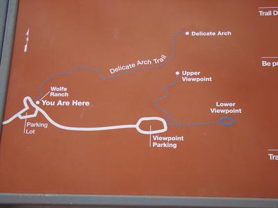 Vendredi 22 Aujourd'hui, nous avons rendez-vous à 10h  pour une visite guidée dans Fiery Furnace, un labyrinthe où les rangers d'Arches prennent des groupes de 25 personnes pour un « tour » En attendant , nous décidons de monter à Delicate Arch,   donc départ de l'hôtel à 7h, pour pouvoir monter (45mn) et descendre de Delicate