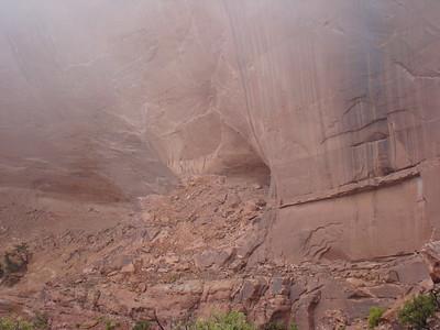 """La grotte dans laquelle est """" false kiva"""" est en visuel vers 9h15. Il faut maintenant trouver le meilleur passage pour accéder au site même. A première vue, le passage est délicat, mais non, ce n'est qu'une impression!!"""