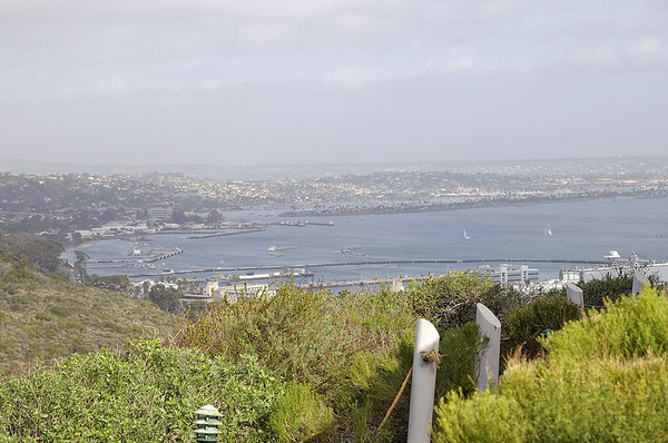 D'un côté le port de San Diego, et de l'autre l'océan. On peut voir passer des baleines. Aujourd'hui la mer est trop houleuse, il y a un vent terrible