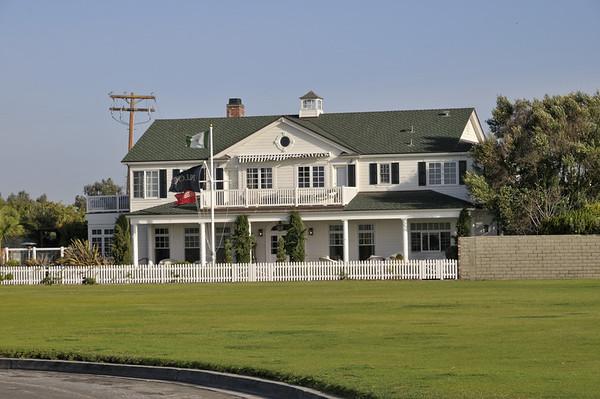 Au bout de la péninsule, il y a une grande base militaire. A coté, les coquettes maisons des officiers. Il y a même un golf!!