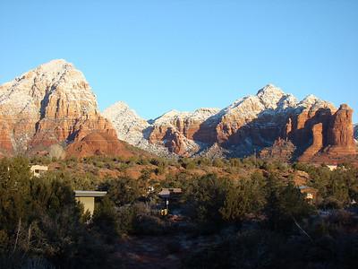 Sedona, petite ville d'Arizona située entre Phœnix et Flagstaff, est connue pour son panorama exceptionnel. La ville est nichée au milieu de formations de grès rouge uniques et caractéristiques de cette région de l'Arizona. De nombreuses randonnées peuvent y être réalisées.