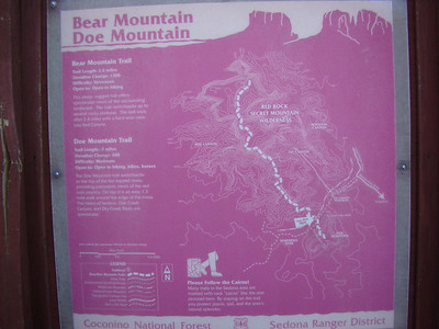 """Lundi 25 janvier Le ciel est toujours bleu, un tout petit peu laiteux... Nous partons faire """"l'ascension"""" du mont Doe ( Doe Mountain), sur les conseils de la rangerette rencontrée hier. Une mesa, à quelques 400 pieds de haut au dessus de la ville de Sedona"""