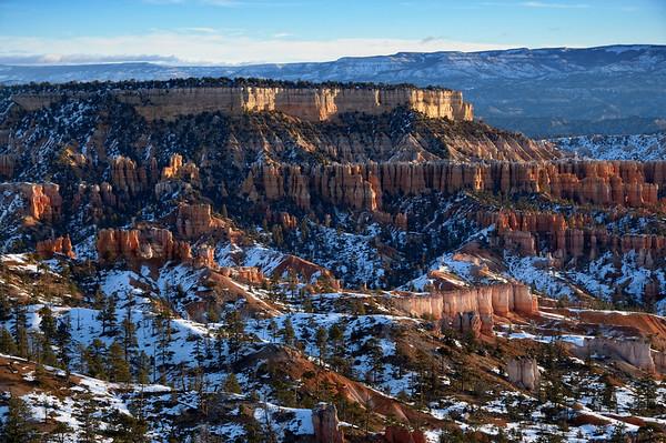 Situé dans la partie moyenne des Montagnes Rocheuses, le parc national de Bryce Canyon s'étire sur plus de 145 kilomètres de carrés. Situé entre 2400 et 2700 mètres d'altitude, il est l'un des sites naturels les plus élevés de l'Utah. Ce n'est pas un canyon à proprement parlé mais un grand amphithéatre naturel creusé dans la roche calcaire. Ses formations géologiques extraordinaires, appelés les hoodoos, s'élèvent comme des tours de cathédrale. Leur couleur ocre donne un aspect très particulier au site quand, au soleil couchant ou aux premières lueurs du soleil, la lumière vient frapper ces structures étranges, sculptées par le vent, le gel, la pluie. Vous pourrez découvrir, en vous promenant sur le site, des pétroglyphes datés de plusieurs milliers d'années, attribués à des peuples amérindiens anciens. Mais les archéologues en savent peu de choses. La seule histoire que l'on connaisse du site est celle de ces quelques pionniers mormons (dont l'un d'eux donnera le nom au site) qui, au début du siècle dernier ont investi Bryce Canyon. Ce n'est qu'en 1924 que le parc sera reconnu comme patrimoine national.