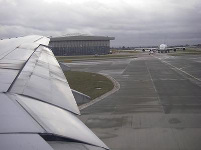 Aéroport d'Heathrow, un bébé avion sous l'aile du GROS 380!