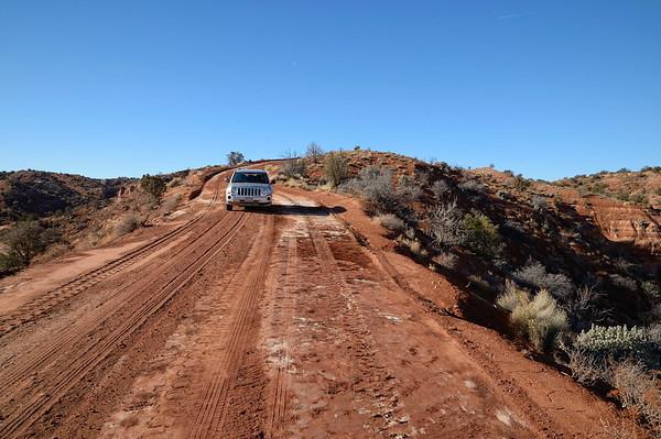 il y a du vide à droite et à gauche . C'est l'Angel's landing de la dirt road!