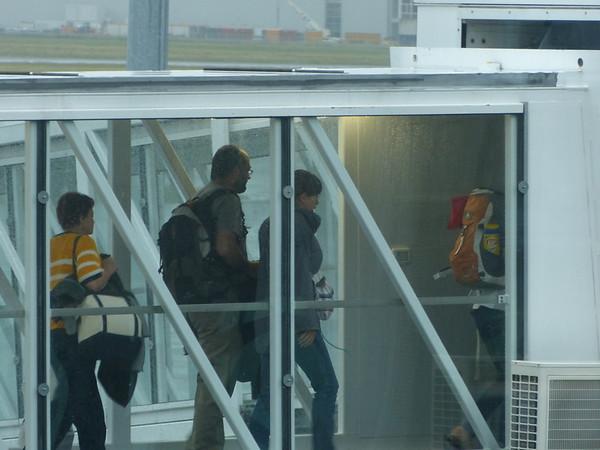 Nous prenons le même avion que Marius et Julie, qui eux rentrent de Montréal...On les voit sur la passerelle!