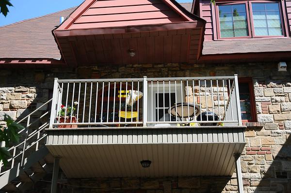 Retour à l'appart-maison, et sur le balcon, Christian installe une piscine gonflable où Romain prend son bain et éclabousse tout le monde! Que du bonheur! On finit la journée en se bouffant un homard local par personne, on se régale....
