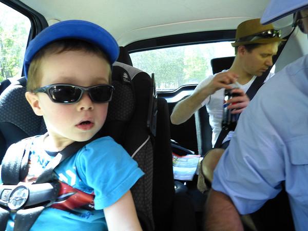 Apres le déjeuner, nous partons faire un tour dans un parc non loin du domicile des enfants, Romain se régale!