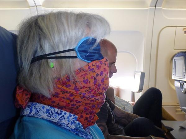 Dans l'avion, je la joue incognito pour une sieste méritée!