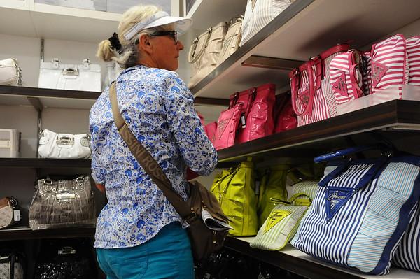 il parait que j'ai des sacs plein les placards...Je n'en achèterai donc pas!