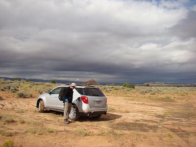 On se gare in the middle of nowhere, après quelques kms de piste facile, et un peu plus loin de l'endroit ou nous avions pic-niqué en janvier, après la ballade vers le site des bullets. Pour info, nous sommes passés par Spencer