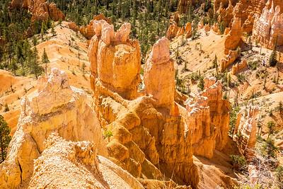 Bryce NP: Towering hoodoos, dome-shaped pinnacles created by erosion.
