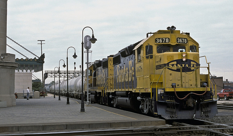 Santa Fe GP39-2 3678 and 3671 pass through Joliet on 14 October 1994