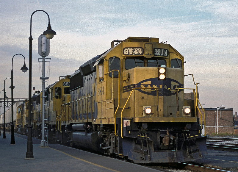 A westbound TOFC service blasts through Joliet on 13 October 1994 headed by 4 GP50 locos with 3814 on the point