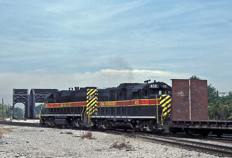 Iowa Interstate GP38 601 and GP10 413 perform their 'round the houses' move at Blue Island on 13 October 1994.