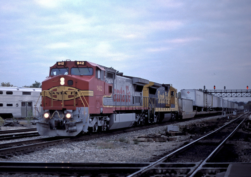 ATSF 942 approaches Joliet with a TOFC service on 13 October 1994
