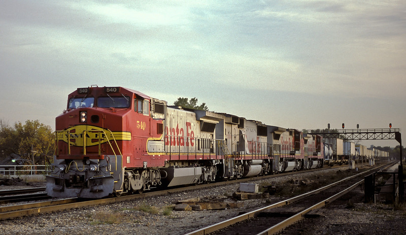 Santa Fe B40-8W 540 leads two sisters, 570 and 511, sandwiching a GP60B 330 through Joliet with a northbound on 13 October 1994