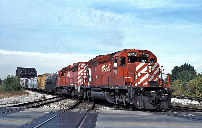 Canadian Pacific 5740 leads sister 5915 across the diamonds at Blue Island on 13 October 1994