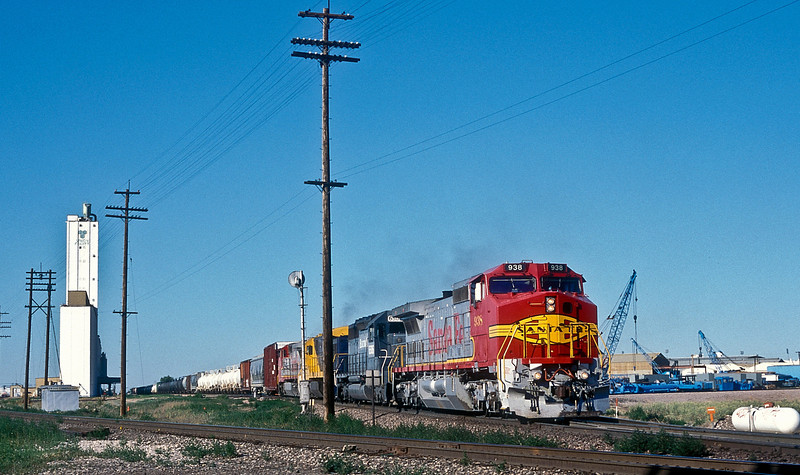 Running southbound through Commerce City on 18 July 1998 was ATSF C40-8W 938, Electromotive SD40 6506, LRCX C30-7 8110 and ATSF C40-8W 941