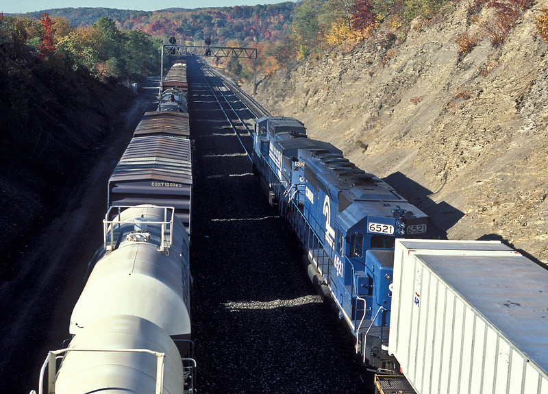 Near CP Slope in Altoona freight trains pass with Conrail C40-8W 6123 and SD40-2 6521 starting to attack the mountain on 17 October 1994