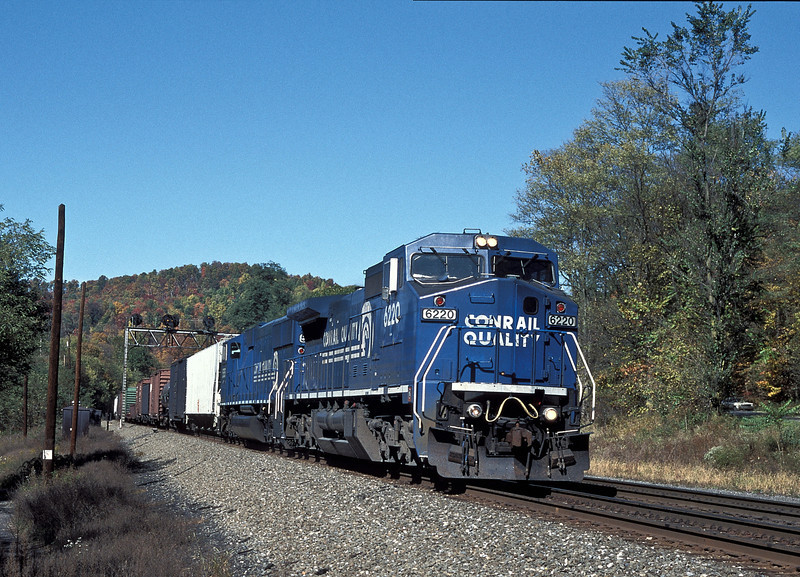 Conrail C40-8W 6220 and SD60M 5555 at Petersburg on 17 October 1994