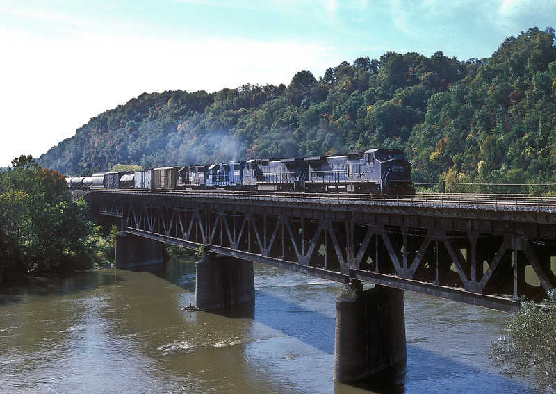Seen crossing the river at Beaver Falls on 3 October 1994 is a mixed lash-up of Conrail C40-8W 6183 and 6184 with GP38-2 8142 and GP38 7693