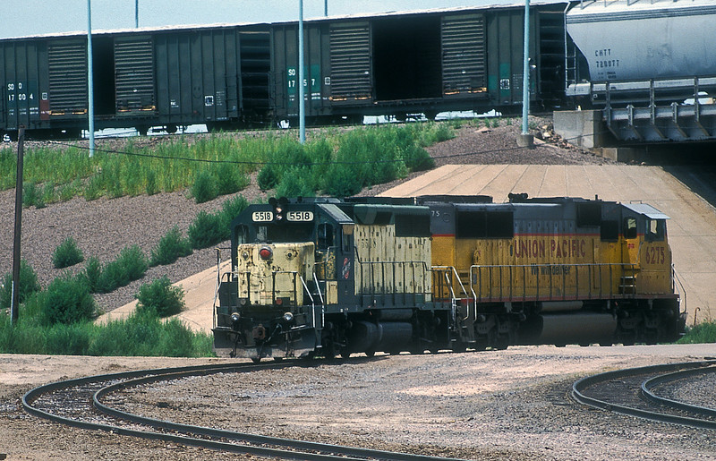 A very scruffy Chicago North Western GP40 5518 leads UP SD60M 6275 under the hump line at Bailey Yard in North Platte as they make their way to the diesel shop on 11 July 1998