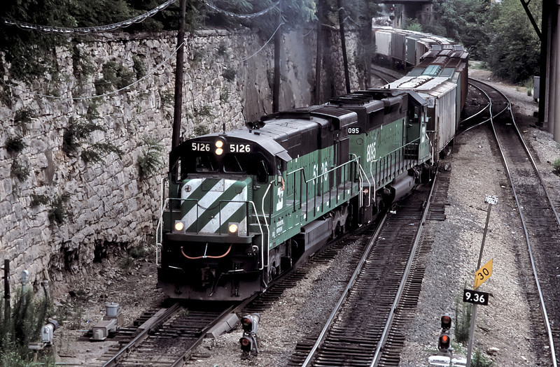 Climbing up through the Gooseneck in Kansas City on 22 July 1998 is BN C30-7 5126 and SD40-2 8095