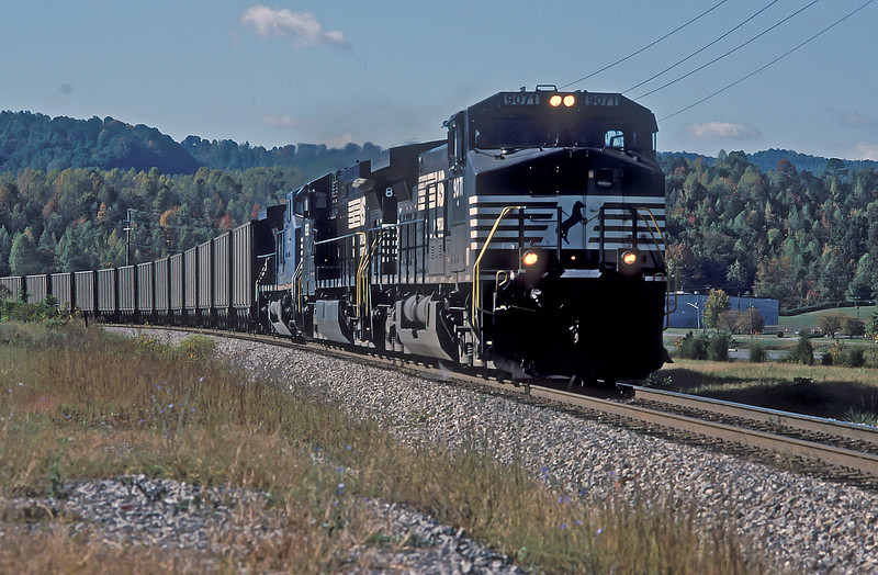 Approaching Appalachia on 30 September 1999 are NS C44-9W 9071 and 8932 with LMS C40-8W 725