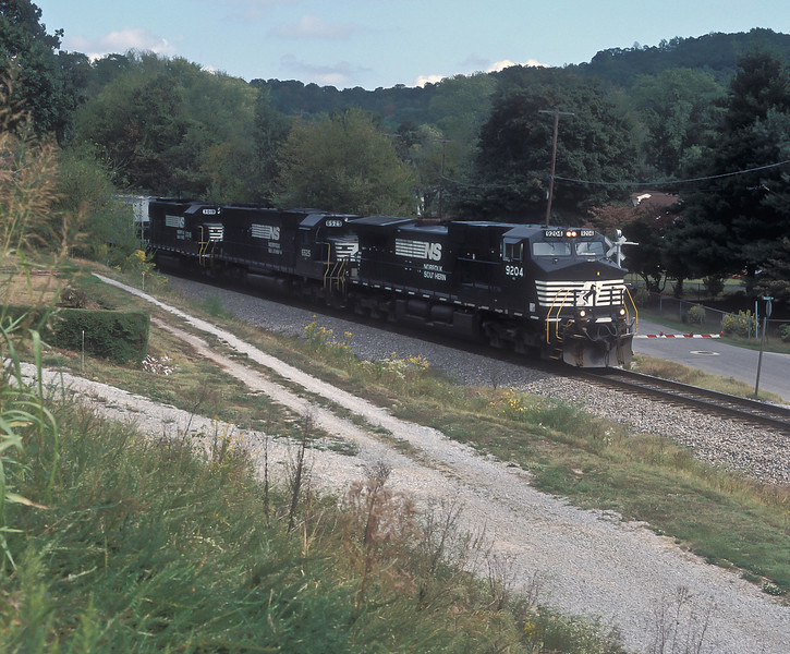 Heading toward Chattanooga from the 'Rat Hole' on 28 September 1999 are NS C40-9W 9204, SD50 6525 and former Conrail GP40-2 3019 passing Soddy-Daisy