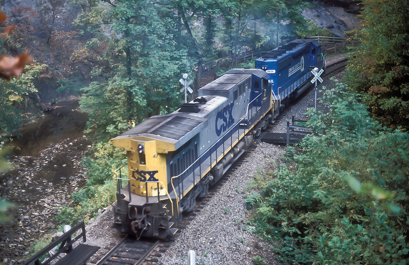 Helper set CSX AC4400CW 47 and Conrail-painted SD40-2 8836 pass through Natural Tunnel on 30 September 1999