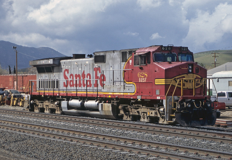 BNSF C44-9W 628 is still wearing a fairly decent coat of red and silver as it sits in the small yard at Tehachapi on 20 March 2005