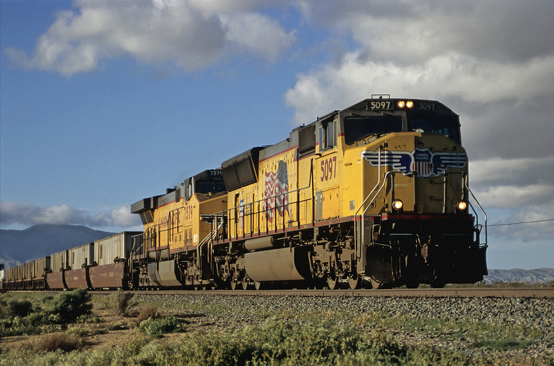 Having passed through the bottleneck that is Tehachapi Union Pacific SD70M 5097 and AC6600W 7579 head toward Palmdale and Los Angeles at Mojave on 20 March 2005