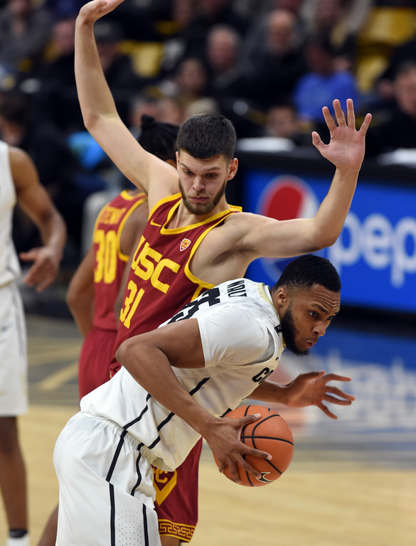 . Dallas Walton tries to get around Nick Rakocevic, of USC, in the second half.  Cliff Grassmick / Staff Photographer/ February 21, 2018