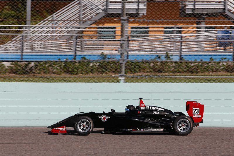 Lindh maneja uno de los dos monoplazas negros de Pabst (FOTO: Joe Skibinski/IMS Photo/Road to Indy)