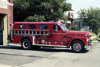 DETROIT FD  ENGINE 10  1965  SEAGRAVE 70th   1000-300   SIDE VIEW