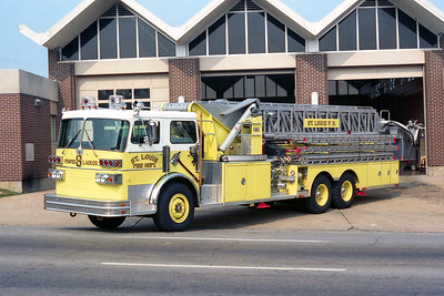 ST LOUIS FD  LADDER 8  1981 SUTPHEN  100' APL