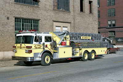 ST LOUIS FD  LADDER 6  1981  SUTPHEN   100' APL