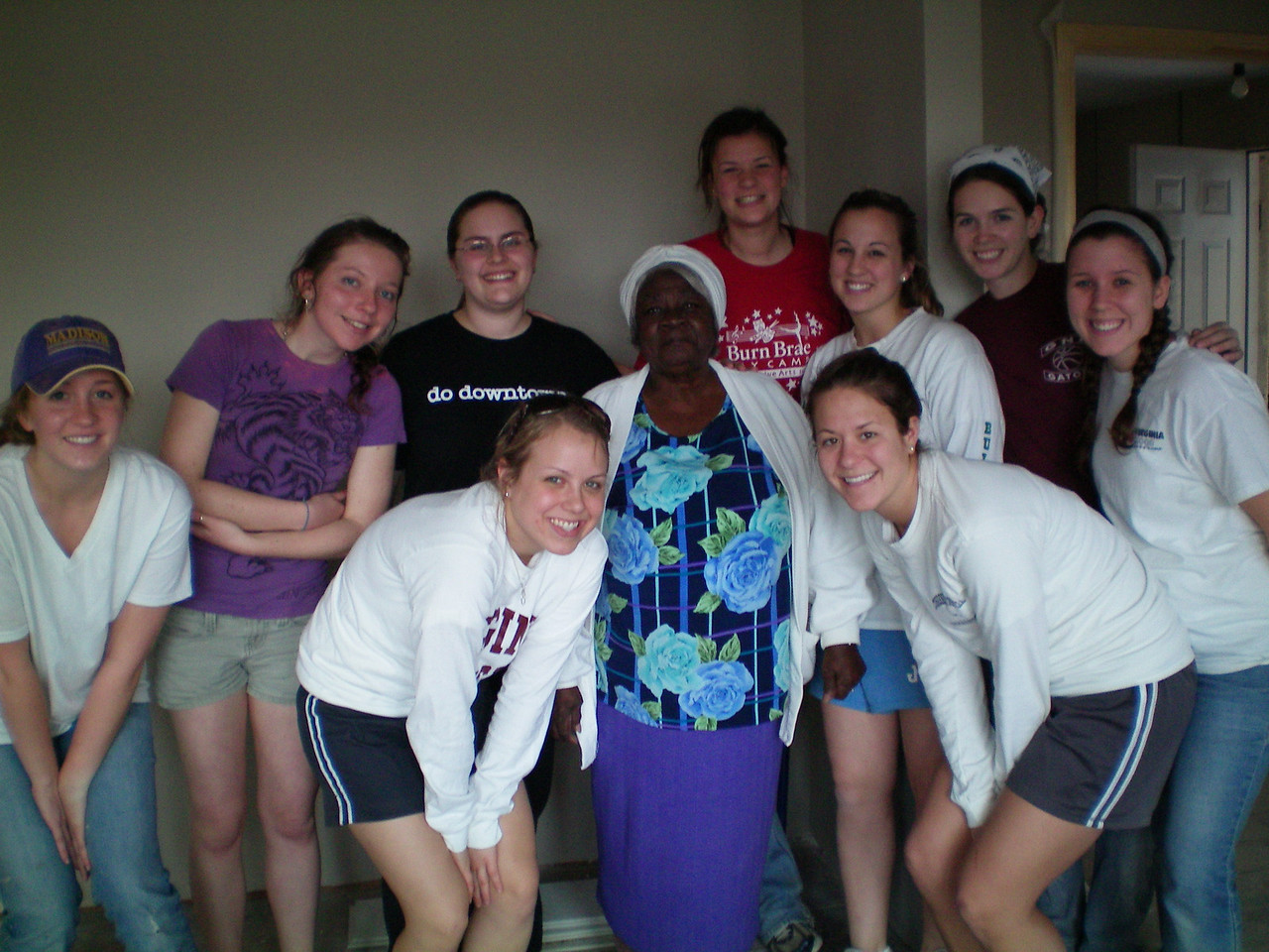 09 03-09 James Madison University Students with Mamie Lue Lillard working with Americus-Sumter Fuller Center for Housing. kl-b