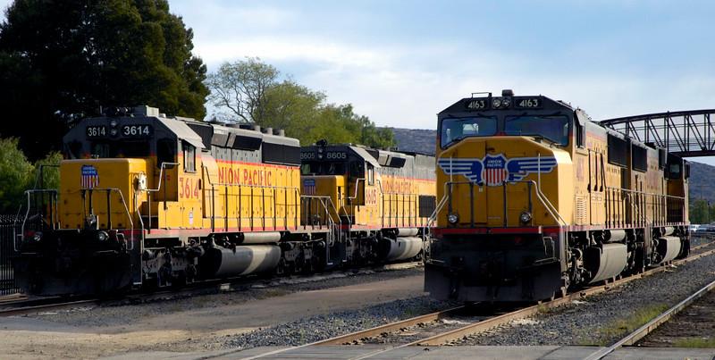 San Luis Obispo, California, Sat 30 September 2006 23.: UP 3614 & 8605 (& 2405) stand alongside 4163 & 4609.