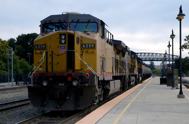 San Luis Obispo, California, Sat 30 September 2006 9 - 1629.  Crew change on the tank train headed by UP 6559.