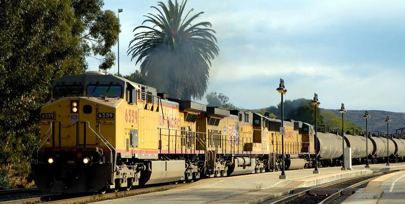 San Luis Obispo, California, Sat 30 September 2006 20 - 1719.  UP 6559, 6960 & 4082 depart with the tank train.