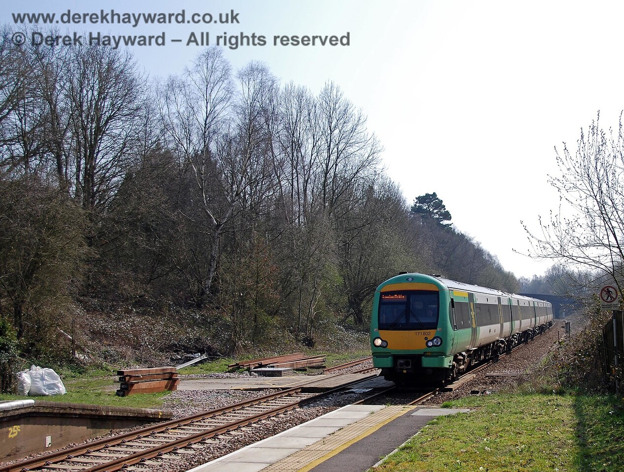An engineer's access leads out from the site of the old bay platforms, and 171802 leads a northbound train across the boards en route to London. A signal box originally stood just to the right of the front of the train. 02.04.2007