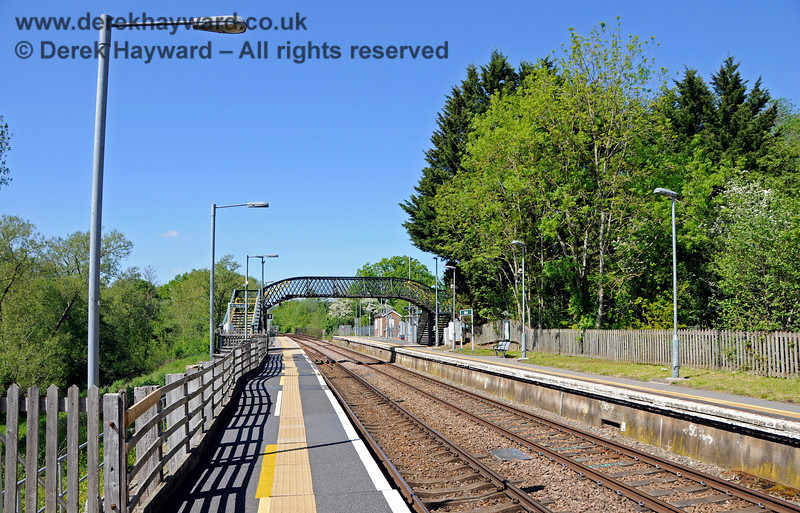 Looking north from the southern end of the narrow section of platform at Ashurst. 30.05.2021 20775