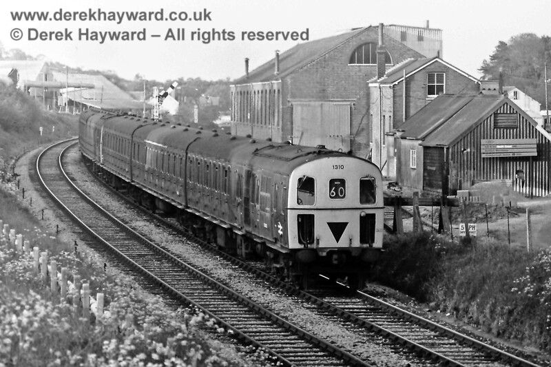 1310 and 1304 on the 18 09 ex Victoria leaving Crowborough, Wed  21 05 '75 E